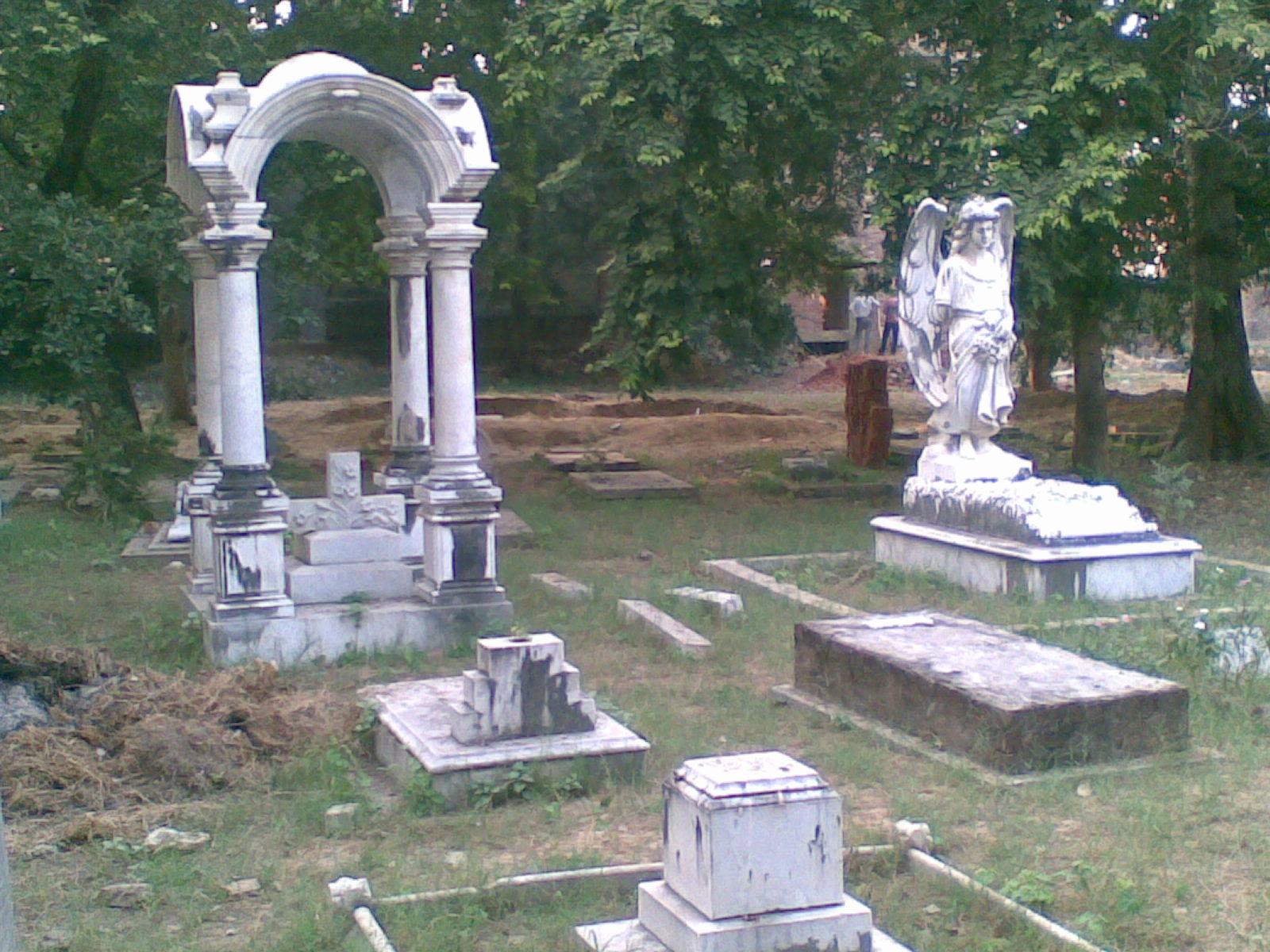 लखनऊ क्रिश्चयन बरियल बोर्ड का कारनामा पलटी जा रही हैं कब्रें