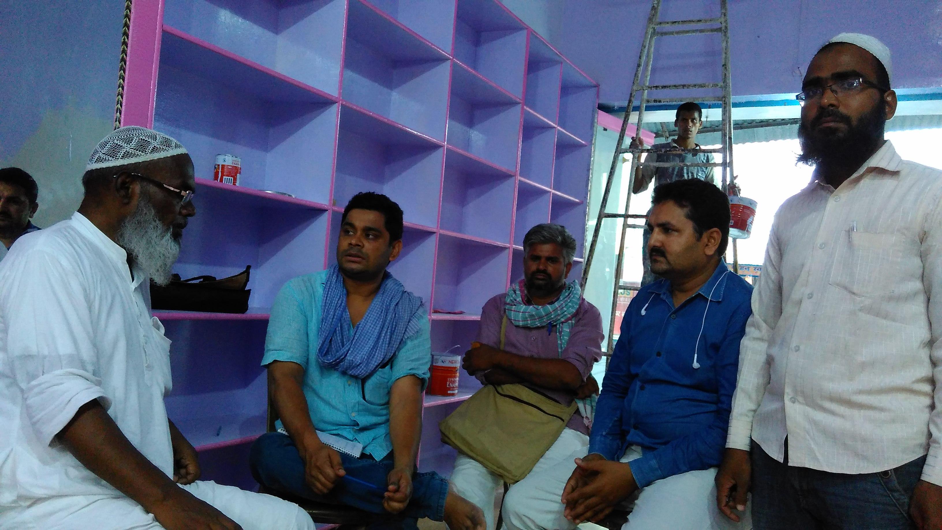 भाजपा विधायक  की मौजूदगी में सिकन्दपुर  दुकानों में हुई लूटपाट और आगजनी
