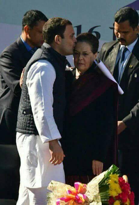 जब राहुल गांधी ने मां की पेशानी चूमी