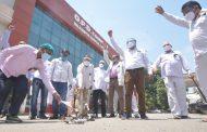 प्रदेश भर के राज्य कर्मचारियों ने काला फीता बांधकर शासनादेश की प्रतियां जलाई